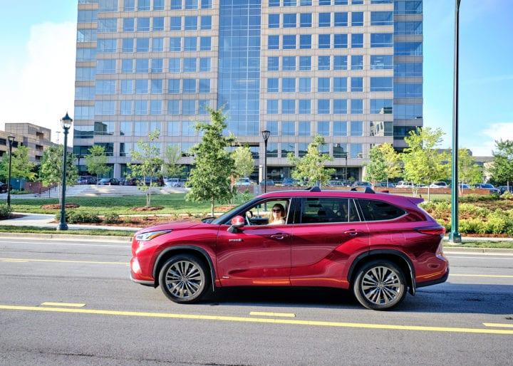 2020 Toyota Highlander Hybrid Platinum side view